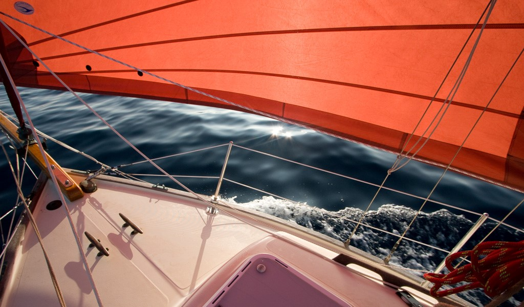 Flicka Caraway sails under calm conditions